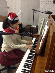ピアノを弾く八重樫AN2