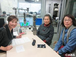 着物のリメイク日傘を制作する佐々木文子さんと娘の三浦真由美さん