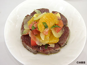 カツオのカルパッチョ、オレンジとセロリのサラダ仕立て