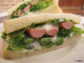 ソーセージと菜の花のサンドイッチ