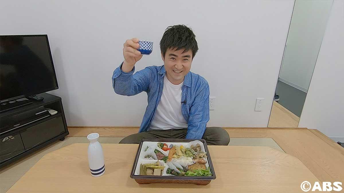 おいしいテイクアウトグルメで乾杯する廣田アナ