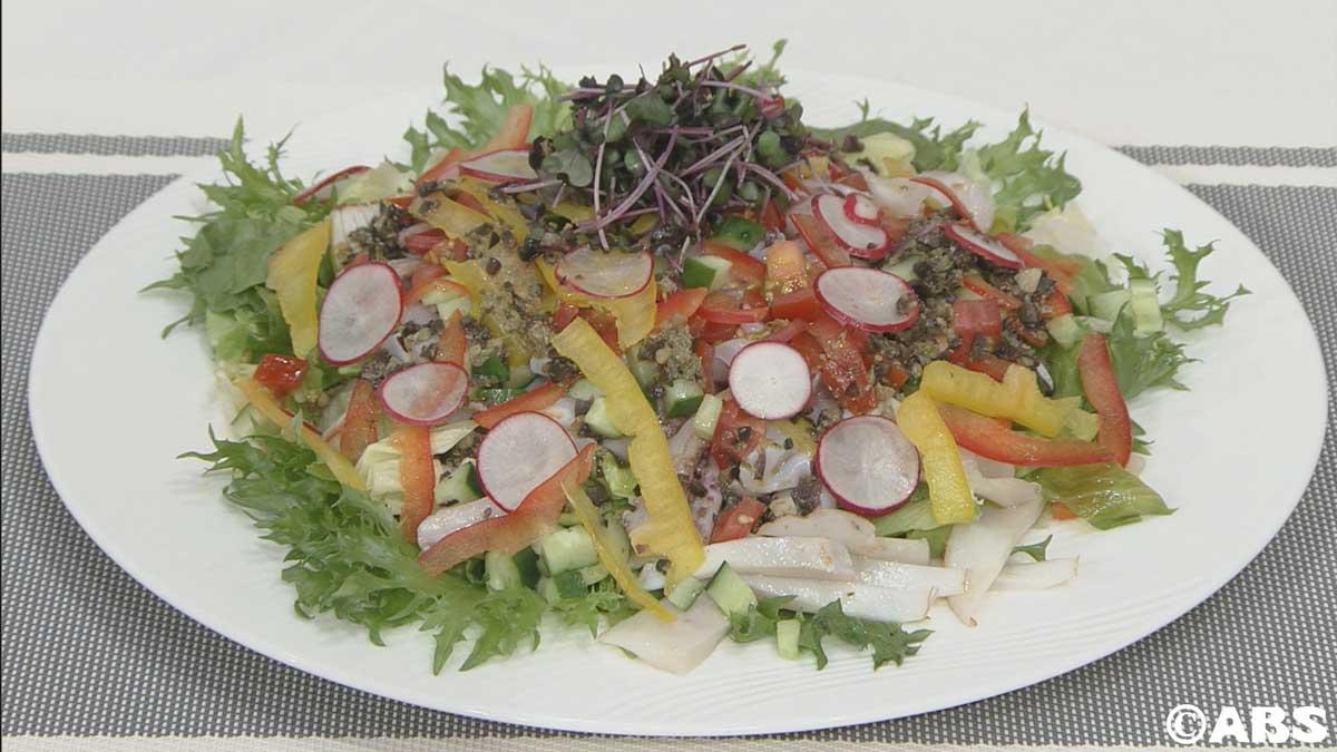 スルメイカと彩野菜のサラダ、オリーブ風味