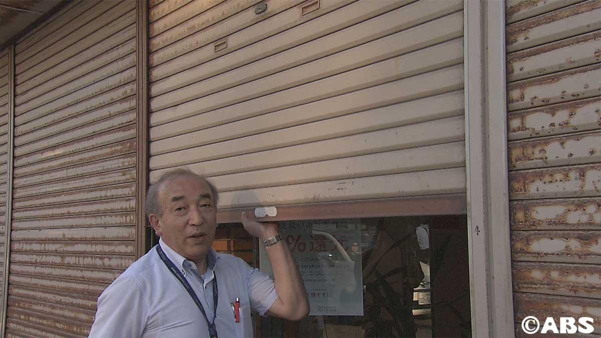 シャッターを閉める川嶋社長