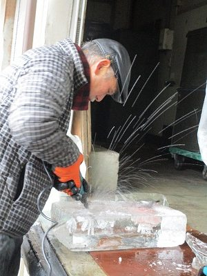 出前!!氷の彫刻始めました!